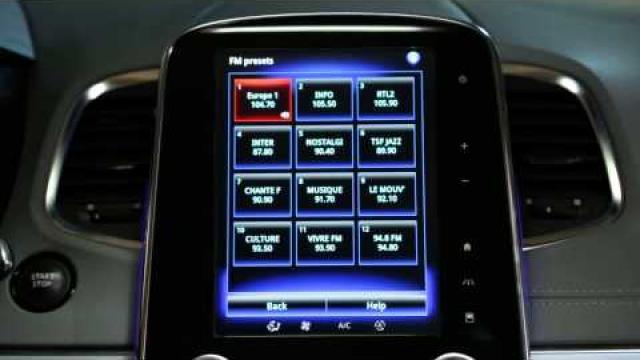 Come utilizzare il comando vocale per scegliere una stazione radio?